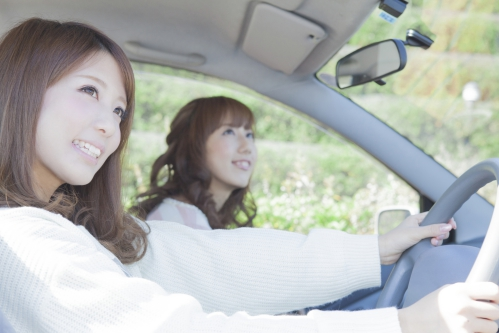 名古屋駅から熱田神宮へ車で向かう女性のイメージ