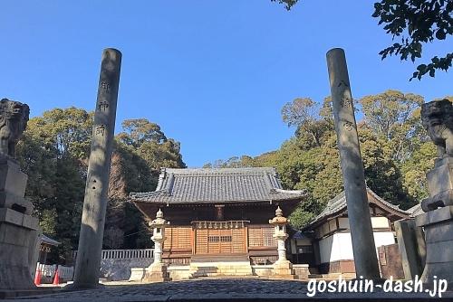 甲山八幡宮(岡崎市)の拝殿と標柱