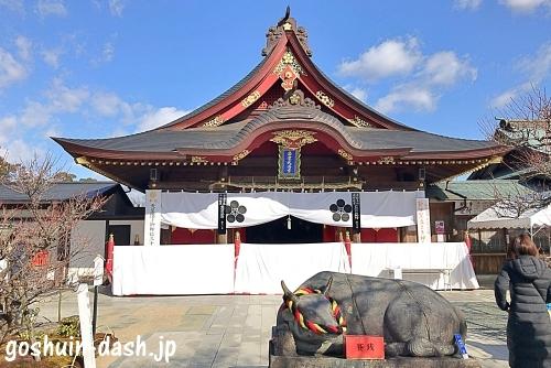 岩津天満宮の拝殿と撫で牛