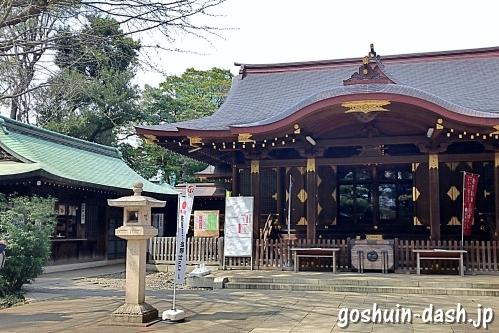渋谷氷川神社の社務所と拝殿