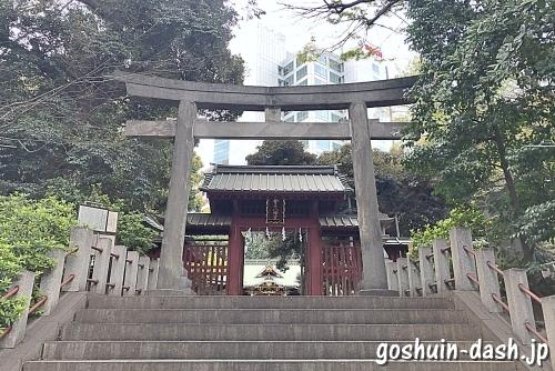 金脳八幡宮の鳥居と神門(赤門)
