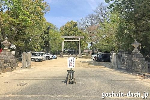 挙母神社の駐車場(正面入口)