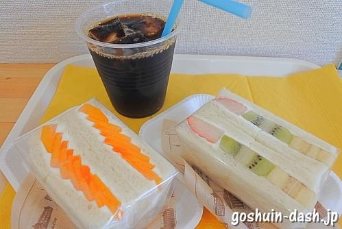 ボンマテリエル(覚王山日泰寺参道)のフルーツサンド(ミックス・柿)とアイスコーヒー