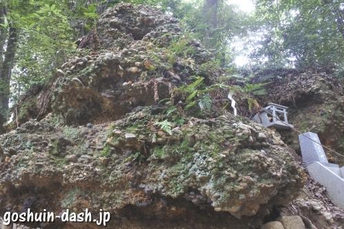 さざれ石(名古屋市守山区倶利加羅不動寺)