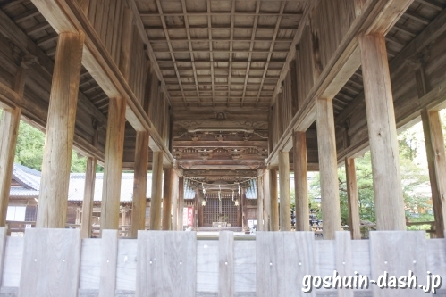 猿投神社(愛知県豊田市)拝殿から中門を眺めた図