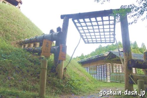 足助城跡公園(愛知県豊田市)南本丸の「はねあげ戸」