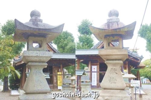 神明社(名古屋市中川区荒子町)の石灯篭(鳥居近く)