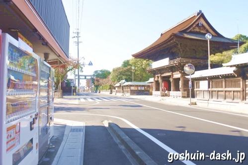 尾張大國霊神社(国府宮・愛知県稲沢市)楼門前の自動販売機