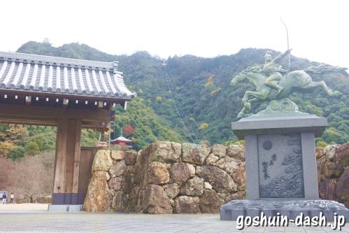 岐阜公園正門と若き日の織田信長像