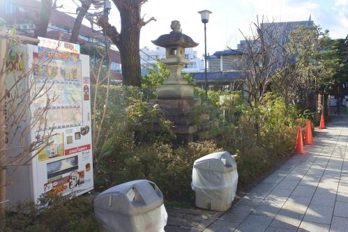鳩森八幡神社(東京都渋谷区)境内の自動販売機