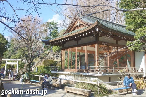 鳩森八幡神社(東京都渋谷区)能楽殿とベンチ