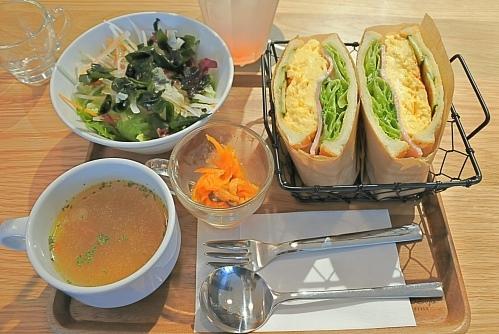 39cafe(知立)のふわふわ卵サンドとピーチソーダ